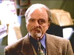 L'attore Harris Yulin durante una scena del serial Buffy l'ammazzavampiri (Stagione 5 - Episodio: Il controllo)