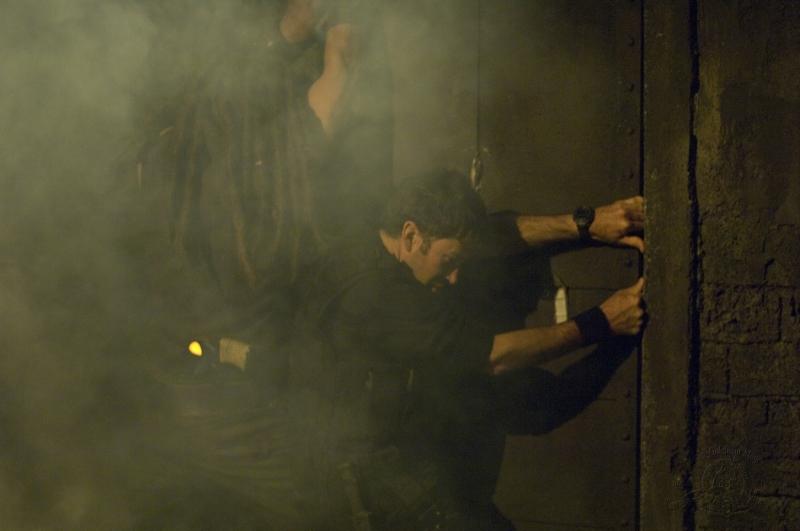 Jason Momoa e Joe Flanigan nell'episodio 'Outsiders' della serie Stargate Atlantis