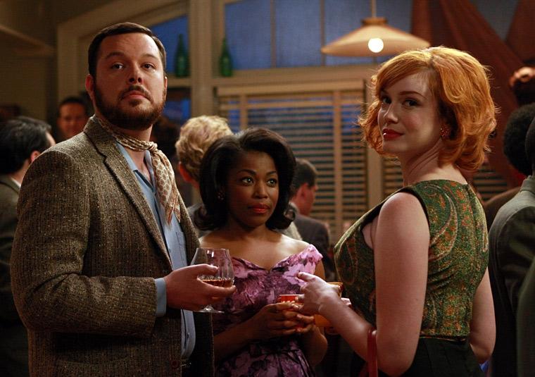 Michael Gladis, Donielle Artese e Christina Hendricks in una scena di Flight 1 di Mad Men
