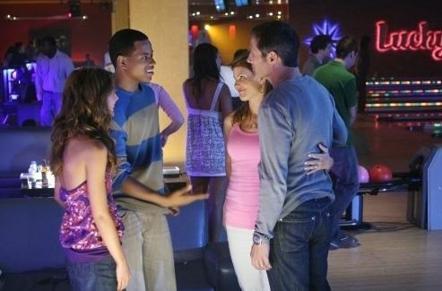 Rob Estes, Lori Loughlin, Shenae Grimes e Tristan Wilds in una scena dell'episodio Lucky Strike di 90210