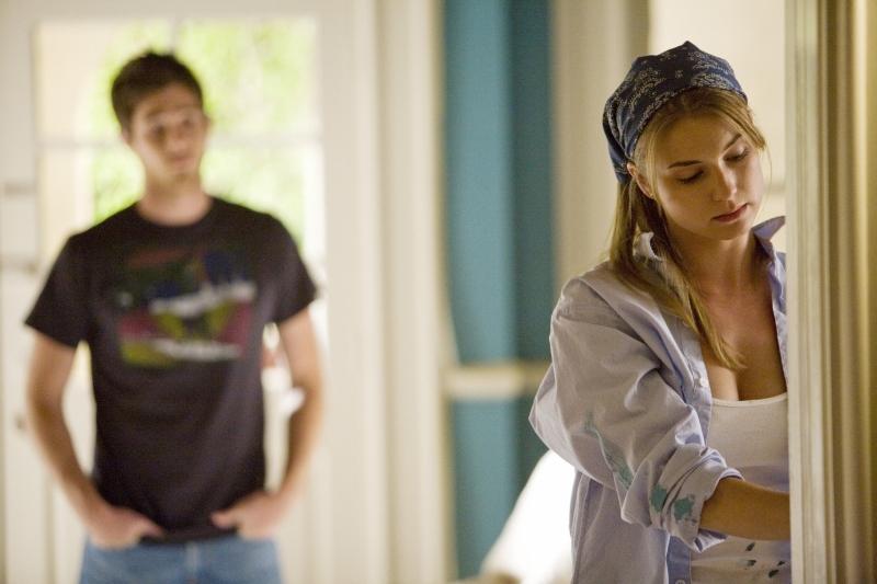 Emily VanCamp e Dave Annable in una scena  dell'episodio 'Glass Houses' della serie tv Brothers & Sisters