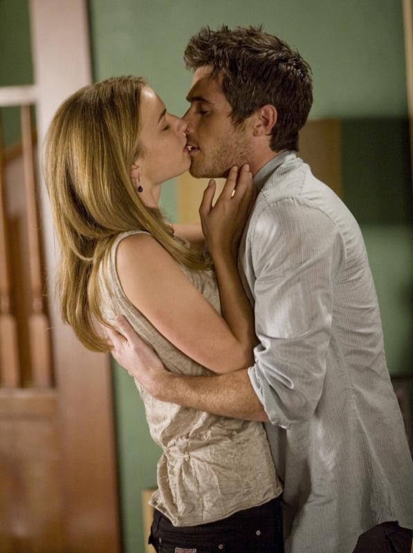 Emily VanCamp e Dave Annable in una scena romantica dell'episodio 'Glass Houses' della serie Brothers & Sisters
