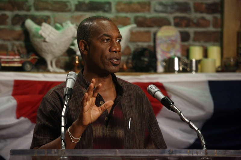Joe Morton nell'episodio 'Here come the suns' della serie Eureka