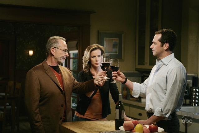 Matthew Rhys, Rachel Griffiths e Ron Rifkin nell'episodio 'Tug of War' della serie Brothers & Sisters