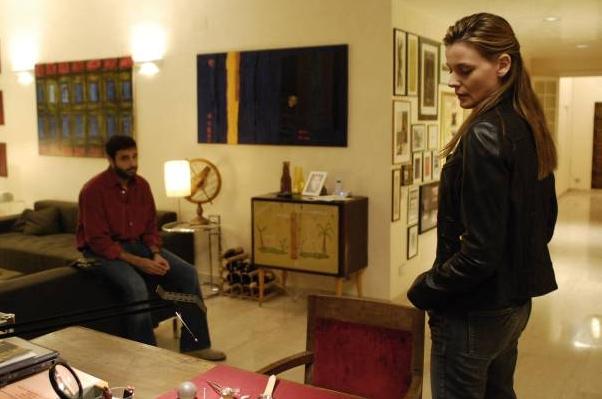 Christiane Filangieri  e Daniele Pecci (sullo sfondo) in una scena della serie Crimini bianchi