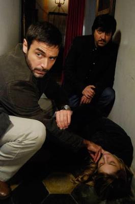 Ricky Memphis con Daniele Pecci in una scena drammatica del serial Crimini bianchi, in onda su Canale 5