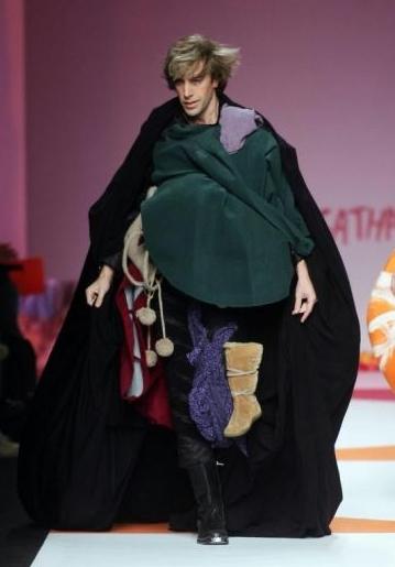 Un irriconoscibile e biondissimo Sacha Baron Cohen nei panni di Bruno irrompe sulla passerella durante le sfilate di Milano