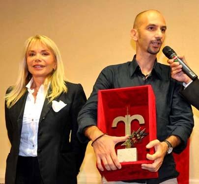Mauro Casiraghi riceve il Premio Città di Trieste per il miglior soggetto cinematografico inedito. Accanto a lui Maria Giovanna Elmi