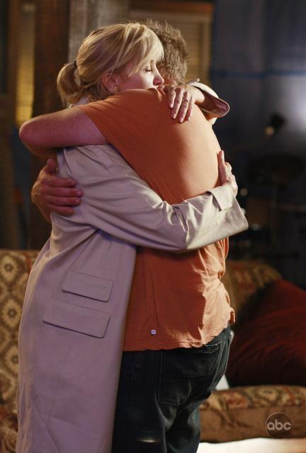 Doug Savant e Felicity Huffman si abbracciano in una scena di Desperate Housewives, episodio There's Always a Woman