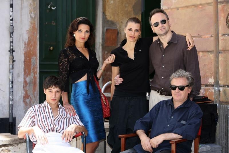Fausto Paravidino, Tosca D'Aquino, Claudia Zanella, Massimo Popolizio e il regista Daniele Costantini in una foto promozionale del film Amore che vieni, amore che vai