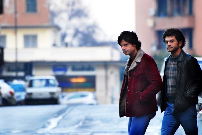 Andrea Sartoretti e Vinicio Marchioni in una scena di gruppo del secondo episodio di Romanzo Criminale - La serie
