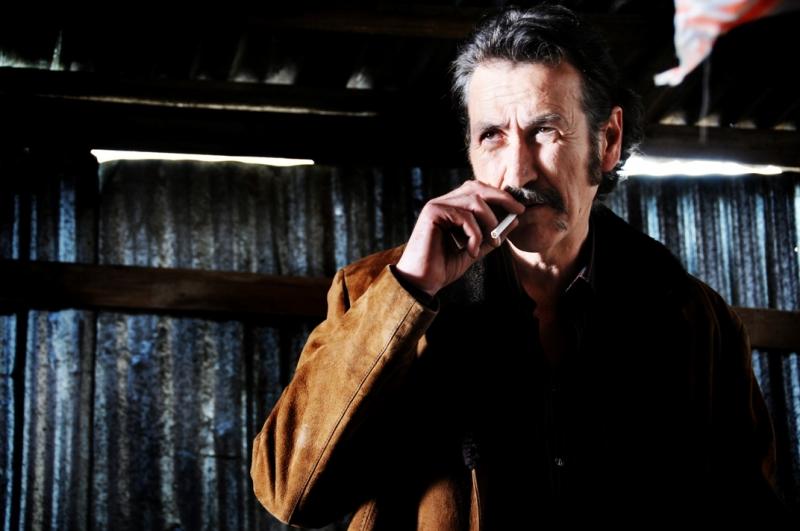 Marco Giallini in una scena di gruppo del secondo episodio di Romanzo Criminale - La serie