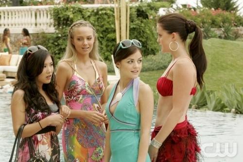 Ally Maki, Lucy Hale, Ashley Newbrough e Melissa Ordway nell'episodio All About Friends and Family di Privileged