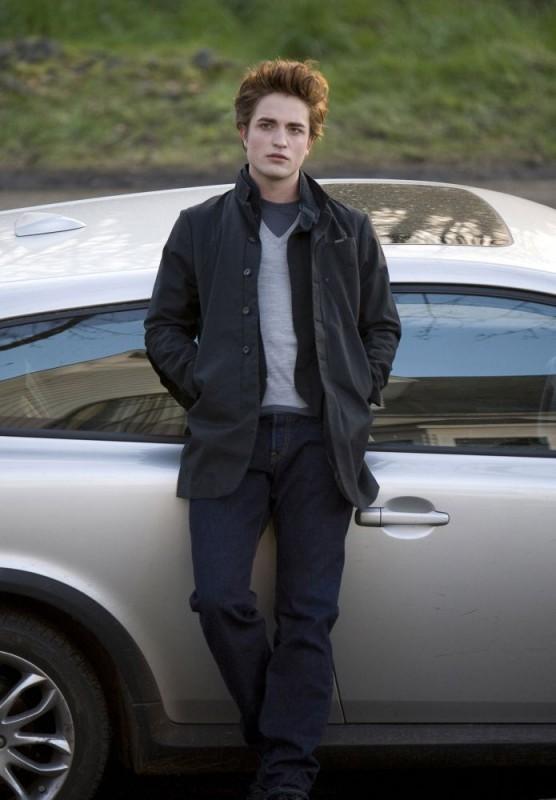 Robert Pattinson in una scena del film-evento Twilight