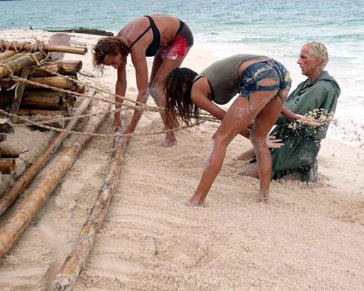 Isola dei Famosi 6: jeans strappati e grinta per Belen Rodriguez, alle prese con la zattera. Con lei Luxuria e Carlo Capponi.