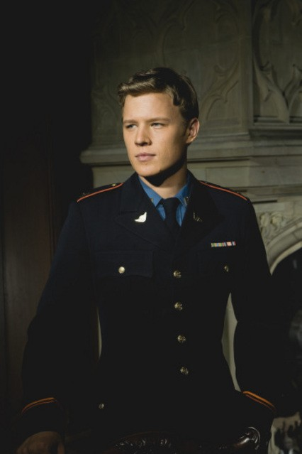 Christopher Egan in una foto promozionale della serie Kings