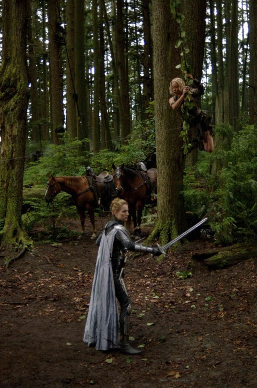 Leelee Sobieski e Kristanna Loken in una scena del film In the Name of the King: A Dungeon Siege Tale