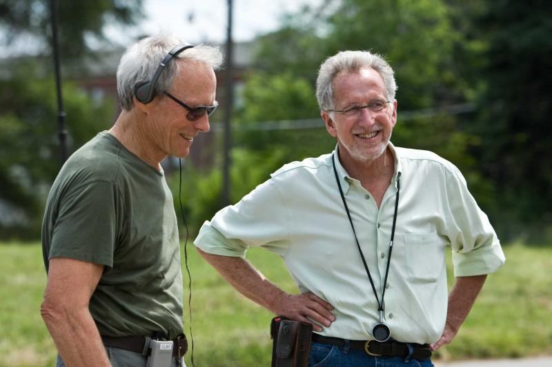 Il regista Clint Eastwood e il direttore della fotografia Tom Stern sul set del film Gran Torino