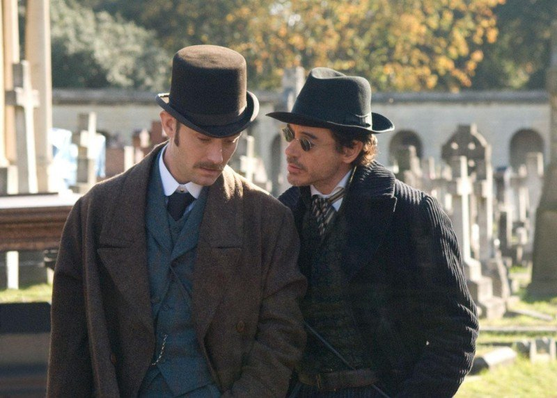 Jude Law e Robert Downey Jr. confabulano in Sherlock Holmes