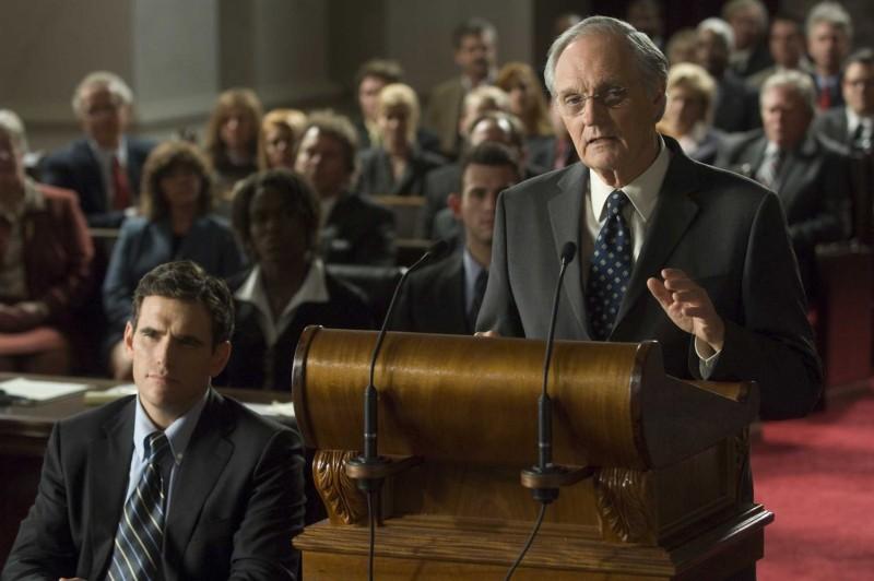 Matt Dillon e Alan Alda in una scena del film Nothing but the Truth