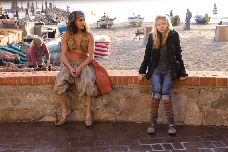 Rafi Gavron ed Eliza Bennett in una scena del film Inkheart - La leggenda di cuore d'inchiostro