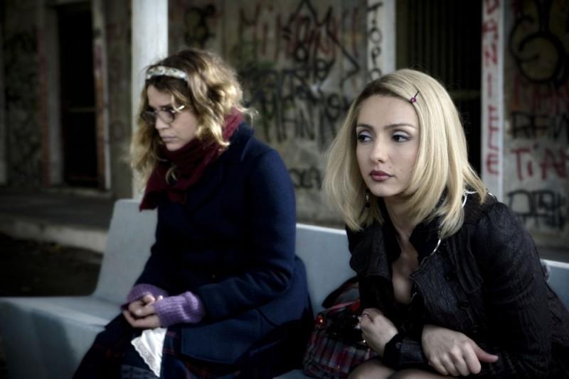 Micaela Ramazzotti e Ambra Angiolini in una scena della commedia Ce n'è per tutti