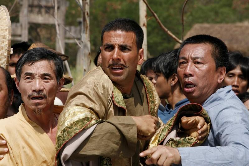 Akshay Kumar (al centro) in una scena del film Chandni Chowk to China