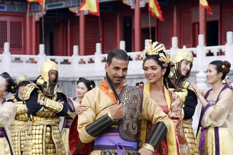 Akshay Kumar e Deepika Padukone in un'immagine del film Chandni Chowk to China