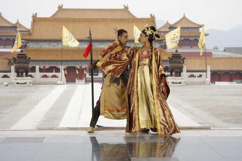 Akshay Kumar e Deepika Padukone in una scena del film Chandni Chowk to China