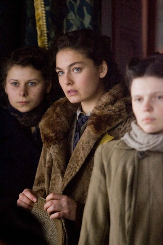 Alexa Davalos in una scena del film Defiance - I giorni del coraggio