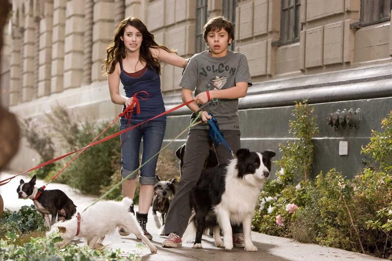 Emma Roberts e Jake T. Austin in un'immagine del film Hotel Bau