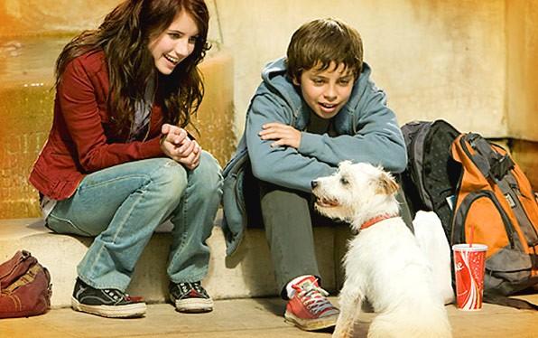 Emma Roberts e Jake T. Austin in una scena del film Hotel Bau