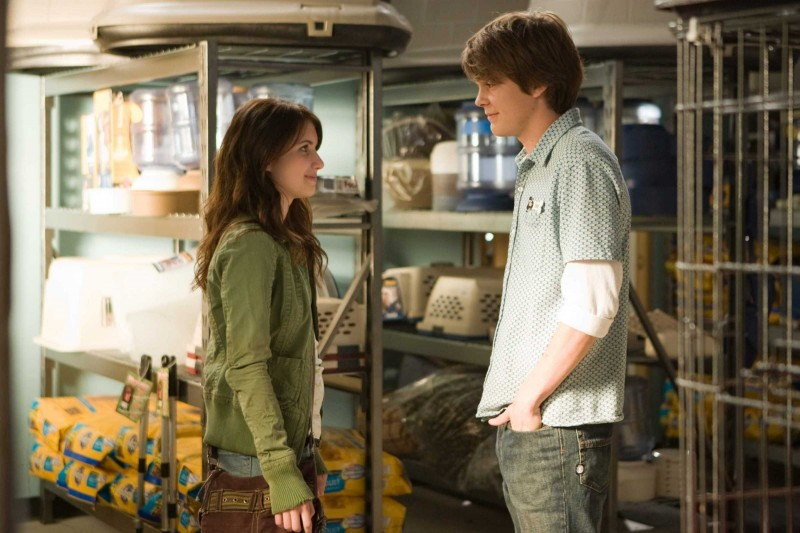 Emma Roberts e Johnny Simmons in una scena del film Hotel Bau