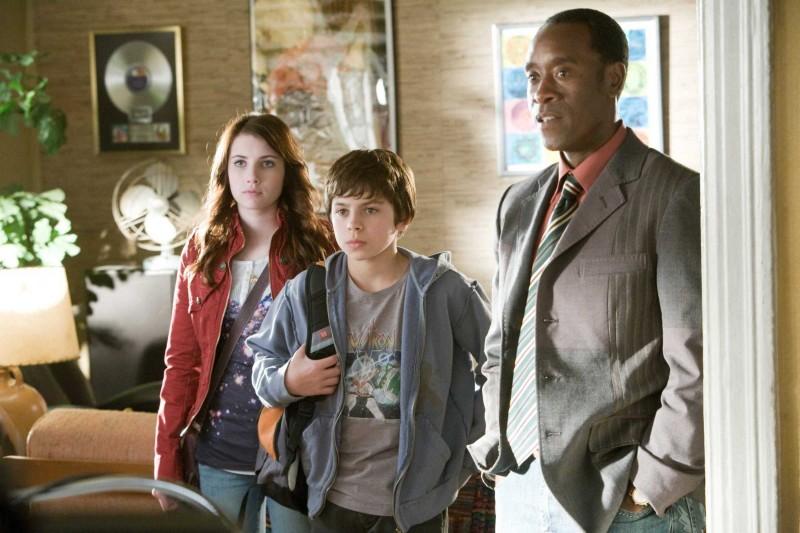 Emma Roberts, Jake T. Austin e Don Cheadle in una scena del film Hotel Bau