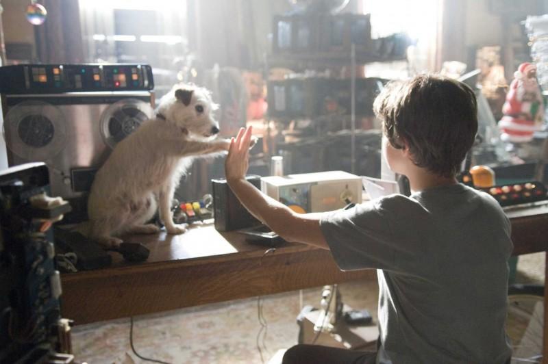 Jake T. Austin ed Emma Roberts in una sequenza del film Hotel Bau