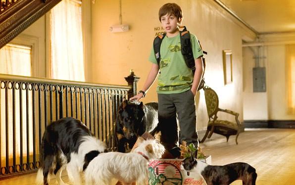 Jake T. Austin interpreta Bruce nel film Hotel Bau