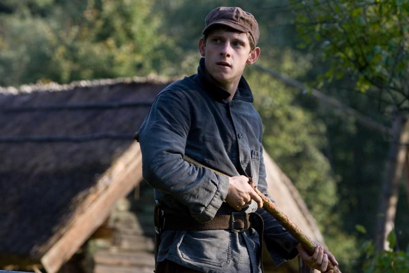 Jamie Bell è Asael Bielski nel film Defiance - I giorni del coraggio