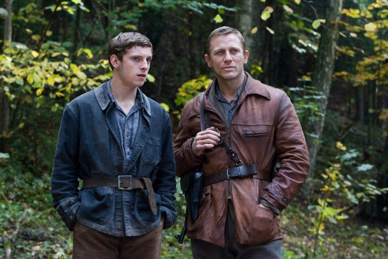 Jamie Bell e Daniel Craig in una scena del film Defiance - I giorni del coraggio