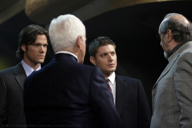 Jared Padalecki, Jensen Ackles e Richard Libertini in una scena dell'episodio Criss Angel is a Douche Bag di Supernatural