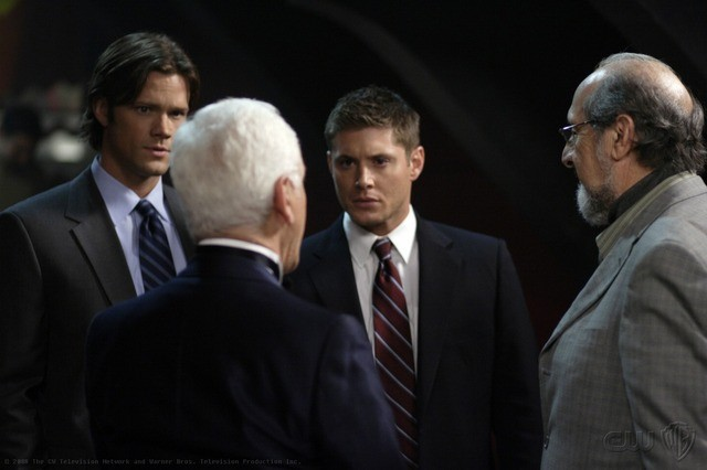 Jared Padalecki, Jensen Ackles e Richard Libertini nell'episodio Criss Angel is a Douche Bag di Supernatural