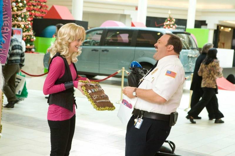Jayma Mays e Kevin James in un'immagine del film Paul Blart: Mall Cop