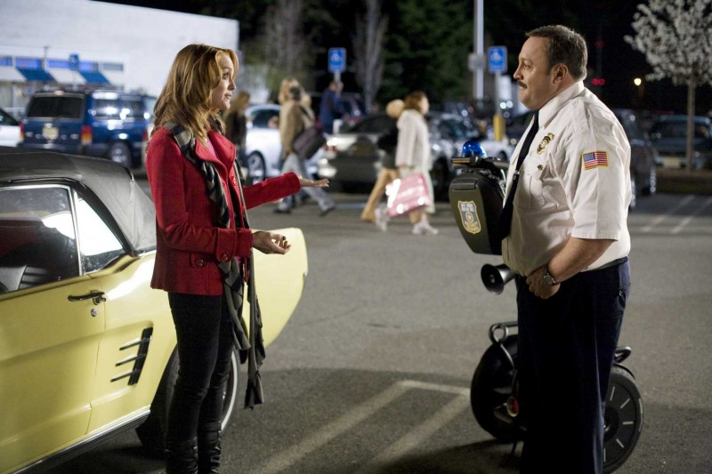 Jayma Mays e Kevin James in una scena del film Paul Blart: Mall Cop