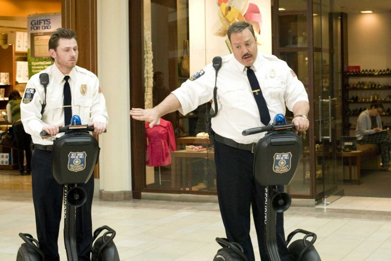 Keir O'Donnell e Kevin James in un'immagine del film Paul Blart: Mall Cop