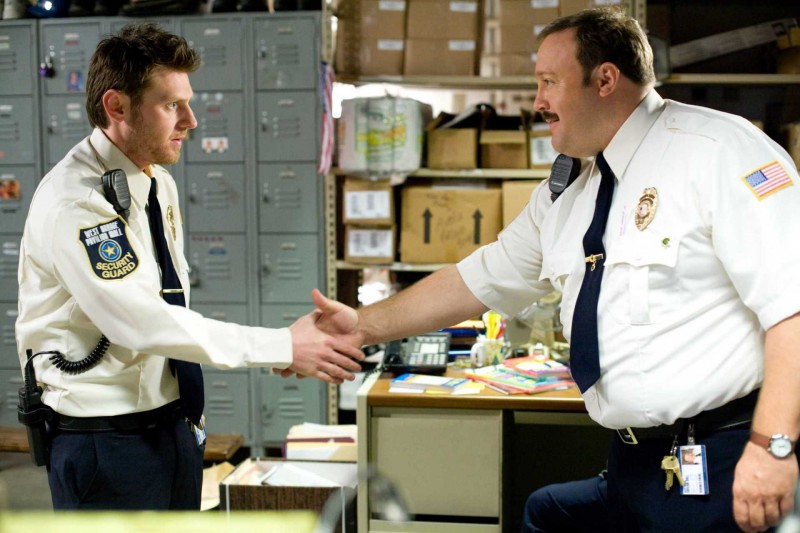 Keir O'Donnell e Kevin James in una scena del film Paul Blart: Mall Cop