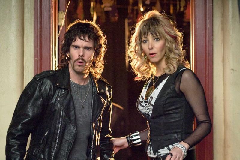 Kevin Dillon e Lisa Kudrow in una scena del film Hotel Bau