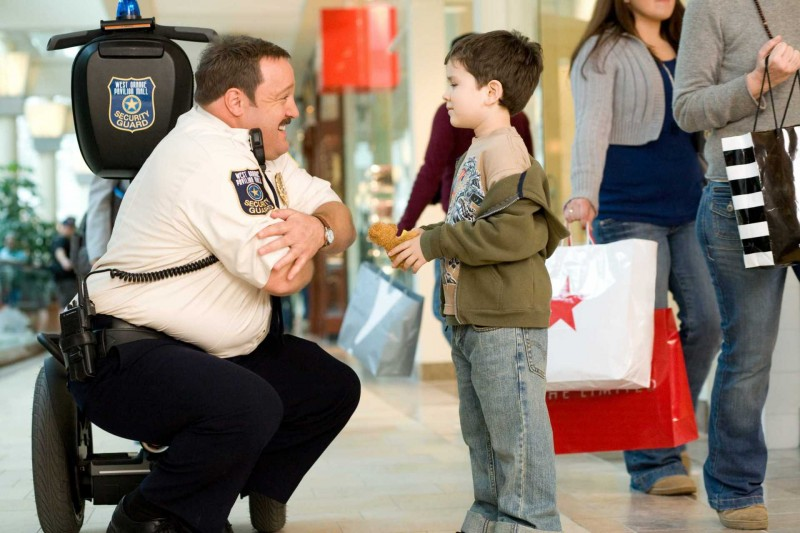 Kevin James e Dylan Clark Marshall in una scena del film Paul Blart: Mall Cop