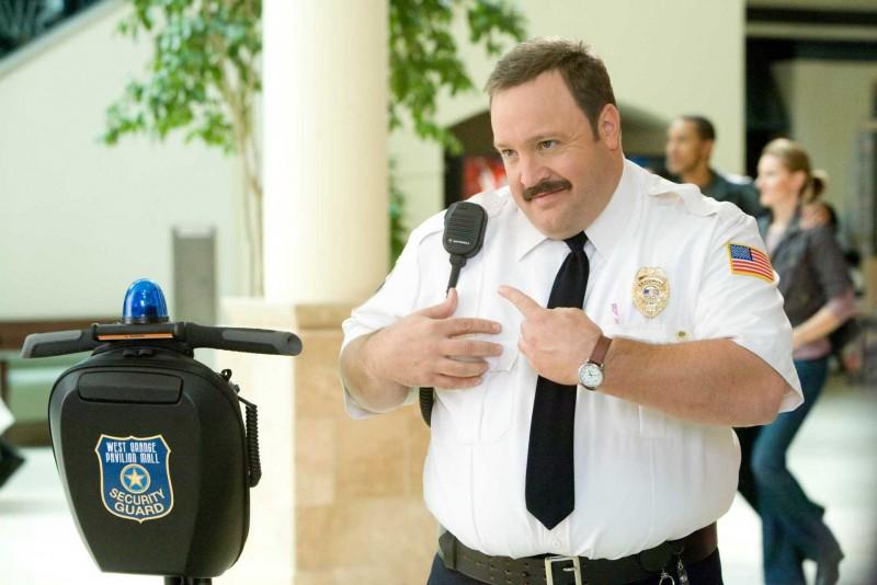 Kevin James in una scena del film Paul Blart: Mall Cop