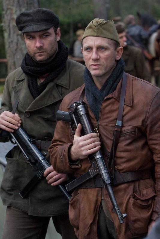 Liev Schreiber e Daniel Craig in un'immagine del film Defiance - I giorni del coraggio