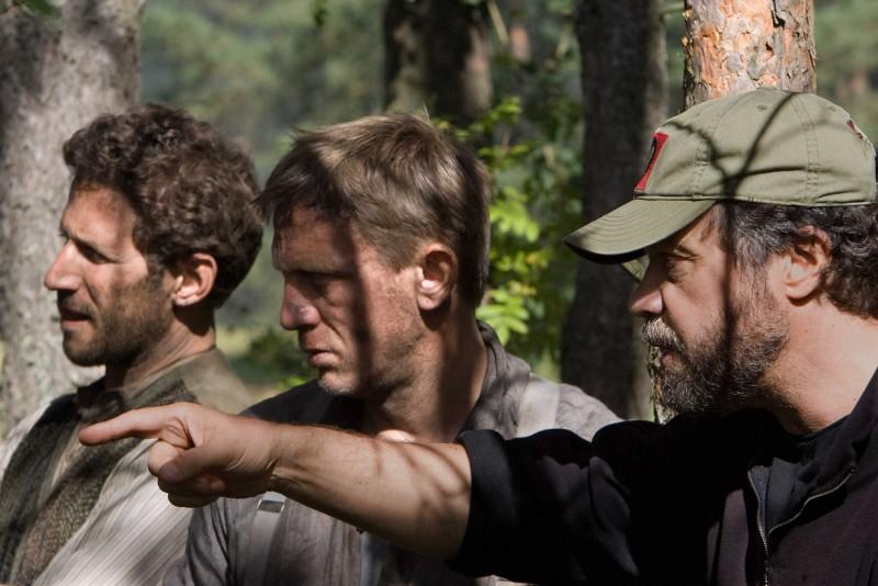 Mark Feuerstein, Daniel Craig e il regista Edward Zwick sul set del film Defiance - I giorni del coraggio