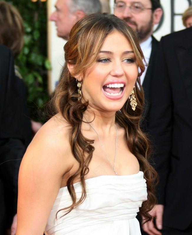 Miley Cyrus, la giovane protagonista di Hannah Montana, sfila sul tappeto rosso dei Golden Globes 2009